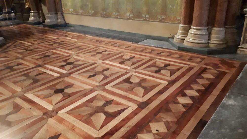 Il pavimento ligneo dell'altar maggiore dopo la levigatura e lucidatura