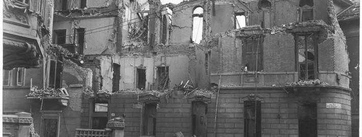 Via Goffredo Casalis angolo via Duchessa Jolanda 27 dopo il bombardamento nella notte tra il 20 e il 21 novembre 1942 su Torino (Archivio Storico Città di Torino)
