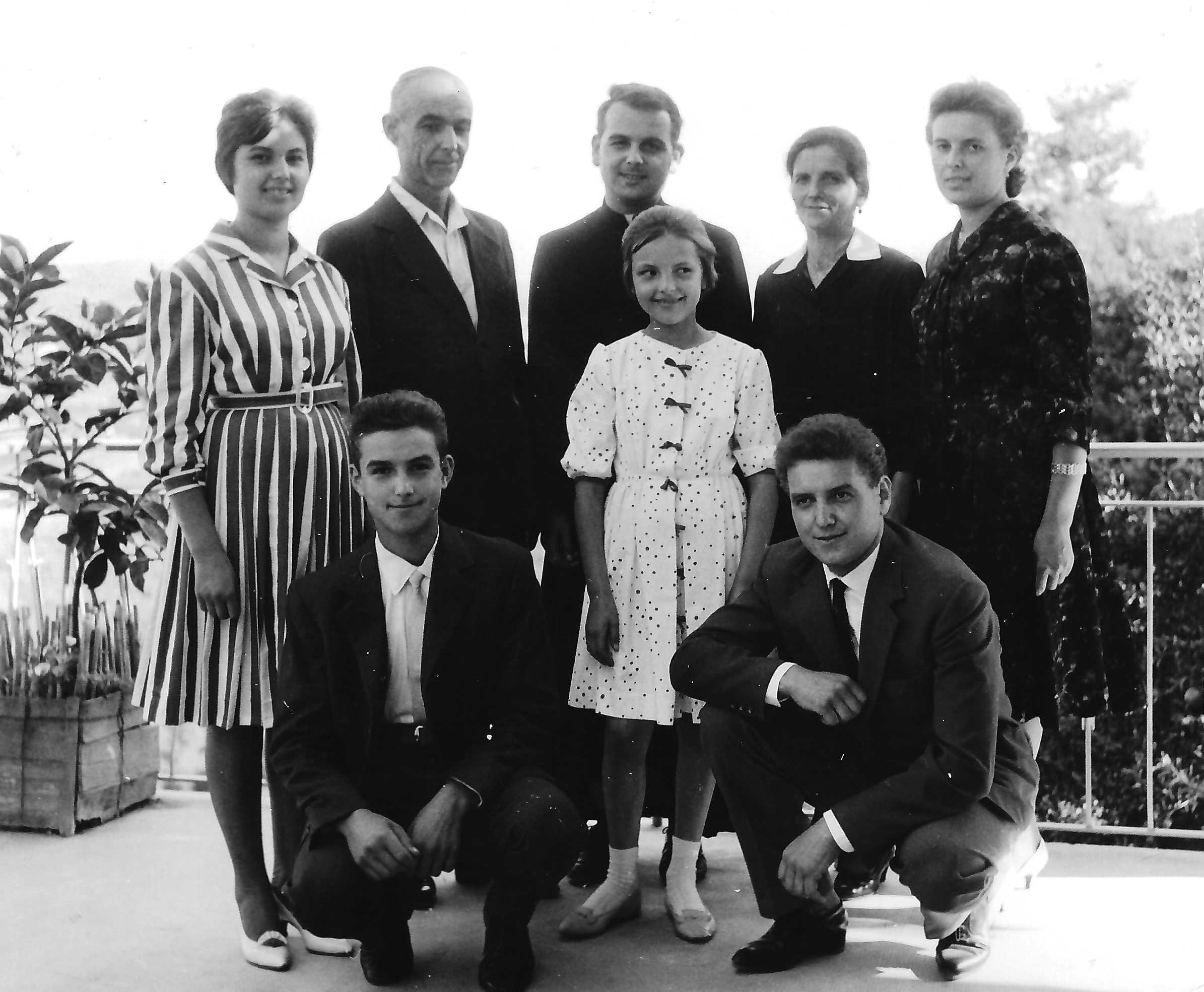 Padre Rinaldo Battaglio, con genitori, fratelli e sorelle, nel giorno della sua prima messa
