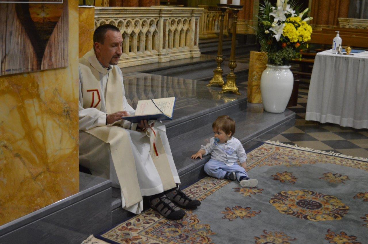 Padre Ottorino Vanzaghi durante la celebrazione di un Battesimo